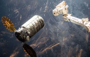 La navetta automatica Cygnus in attesa di essere agganciata dal braccio robotico della ISS