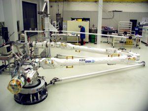 Il braccio robotico europeo durante i test. L'immagine (basta un'occhiata ai computer) tradisce quanto tempo sia passato dalla realizzazione di ERA. Credit: ESA.