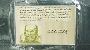 La placca dedicata a Galileo su Juno. (c) NASA/JPL-Caltech/KSC