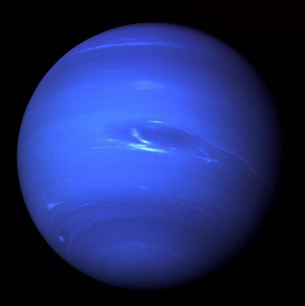 Immagine prodotta dalle ultime fotografie di Nettuno riprese dagli strumenti di Voyager2 nei filtri arancione e verde. Nettuno nel suo tipico colore blu.