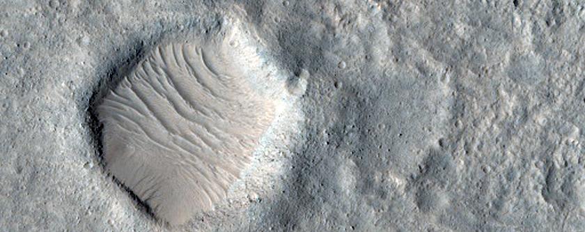 Possibile zona di atterraggio per il Mars Rover 2020 in Hypanis Valles. Una delle oltre mille foto della camera HiRISE di NRO, pubblicate in questi giorni. Credit: NASA/JPL/University of Arizona