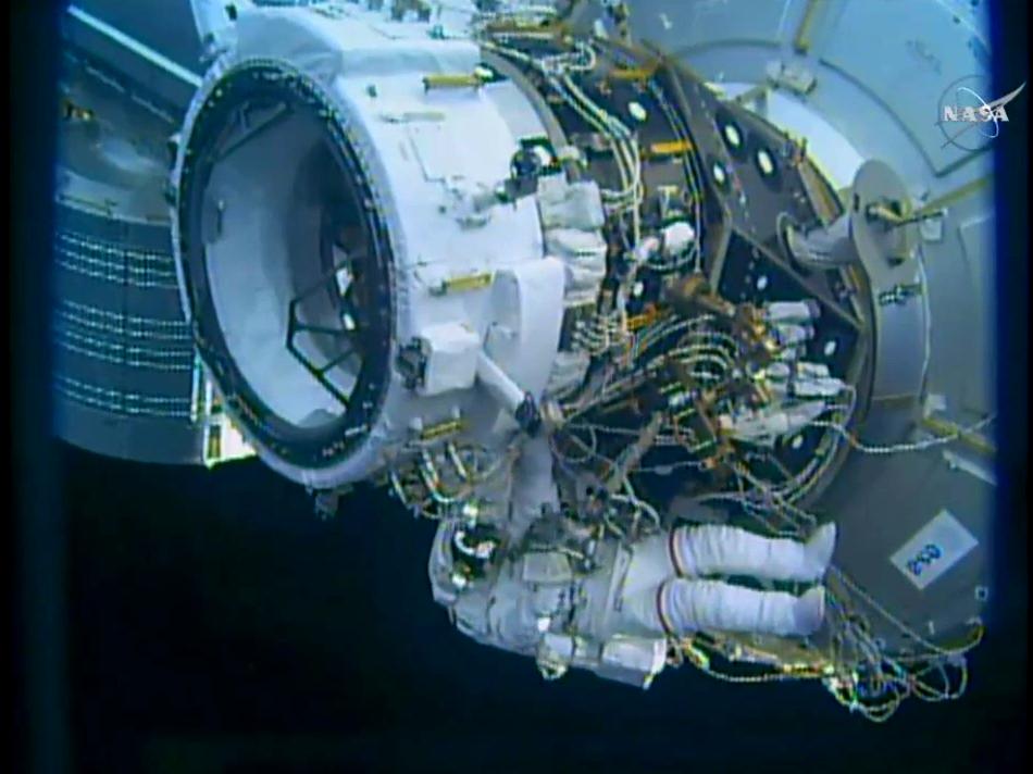 Terminate le operazioni di installazione, Williams si appresta ad allontanarsi da IDA-2. (Credit: NASA TV)