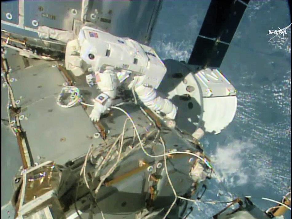 Kate Rubins, sul modulo Harmony, colloca il cavo per IDA-3. (Credit: NASA TV)