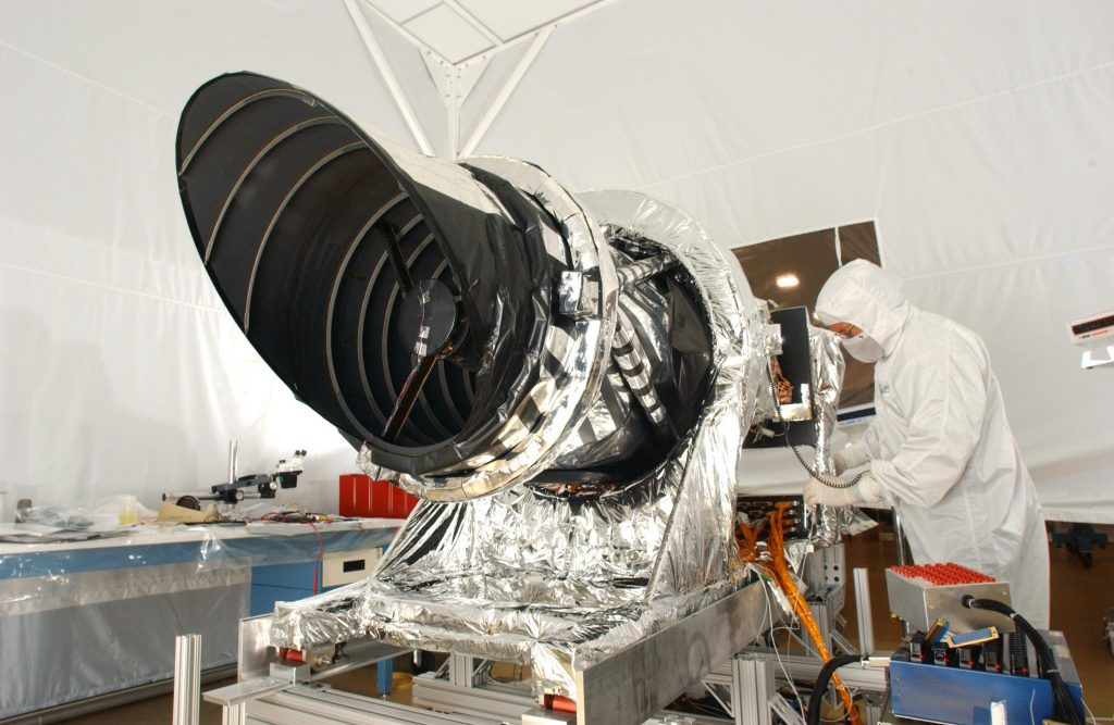 La camera HiRISE di NRO durante la preparazione a terra. Credit: NASA/JPL-Caltech