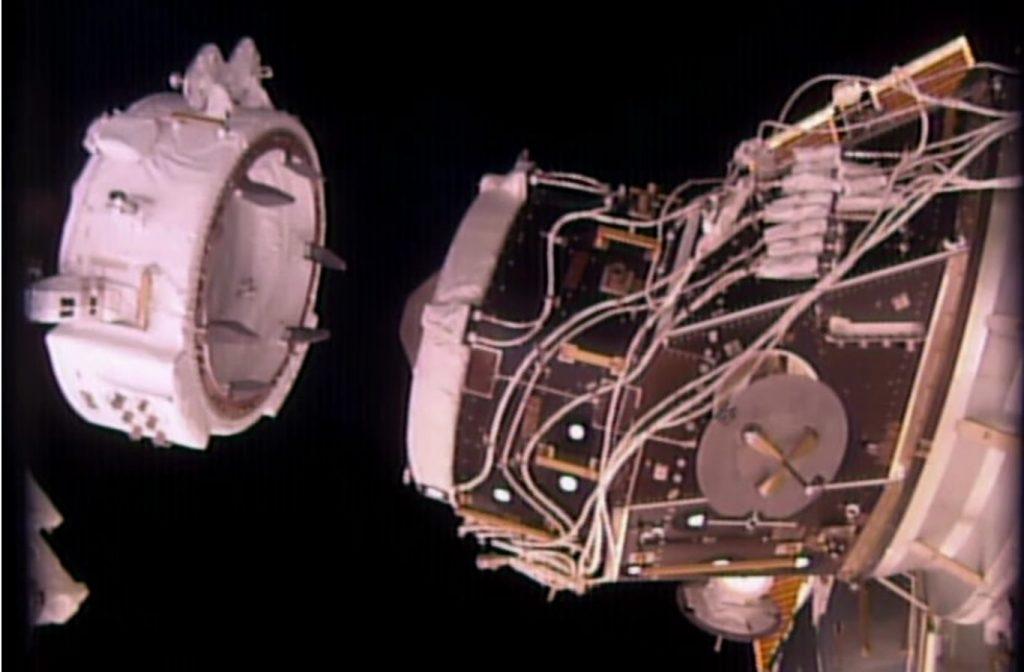 IDA-2 tenuto dal braccio Dextre in posizione di pre-installazione, fino a pochi minuti dall'inizio dell'EVA-36. (Credit: NASA/Johnson)