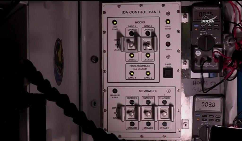Il pannello di controllo di IDA-2. Le luci verdi segnalano che le due serie di ganci (gang 1 e 2) si sono regolarmente chiusi. (Credit: NASA TV)