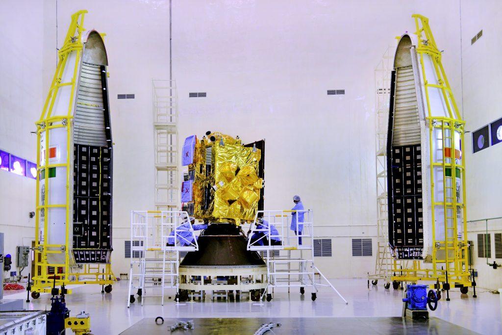 Il satellite INSAT-3DR poco prima di essere chiuso nel fairing del GSLV-F05. (C) ISRO.