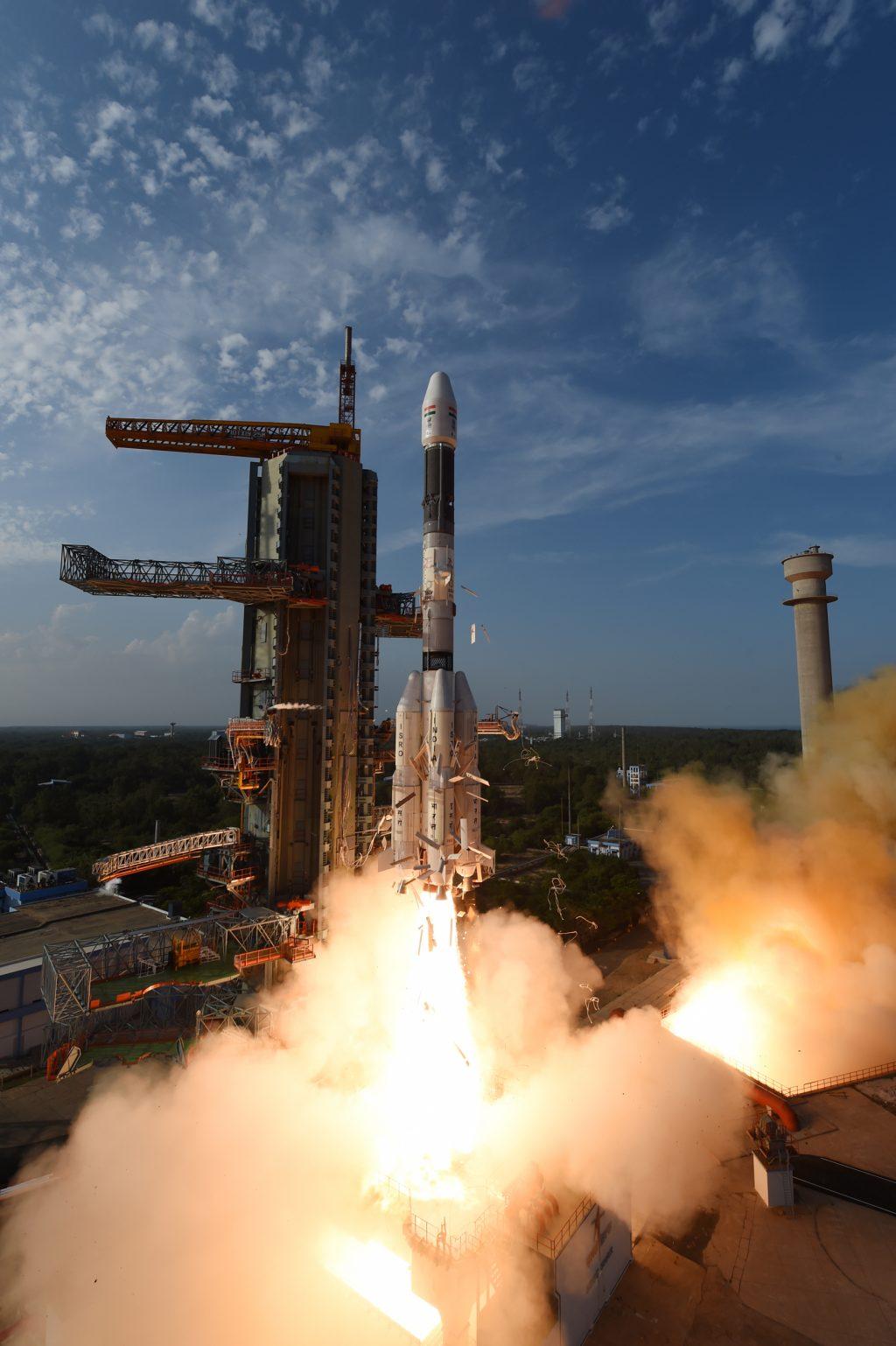 I detriti che si vedono cadere nelle prime fasi del lancio, sono le pannellature termiche che servono a mantenere in temperatura i propellenti liquidi del razzo. (C) ISRO.