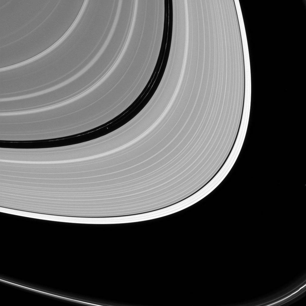 La regione intermedia fra gli anelli principali A e B di Saturno, dove orbita il satellite Pan, del diametro di 28 chilometri. Credit: NASA/JPL-Caltech/Space Science Institut