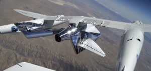 Unity sotto l'ala di Eve durante il primo test di volo. Credit Virgin Galactic