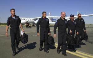 L'equipaggio al completo del test di volo. Credit virgin Galactic