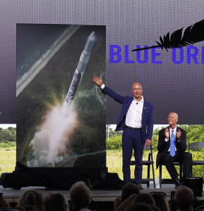 Jeff Bezos presenta il Very Big Brother durante una cerimonia al Pad 36 (Credit: Blue Origin)