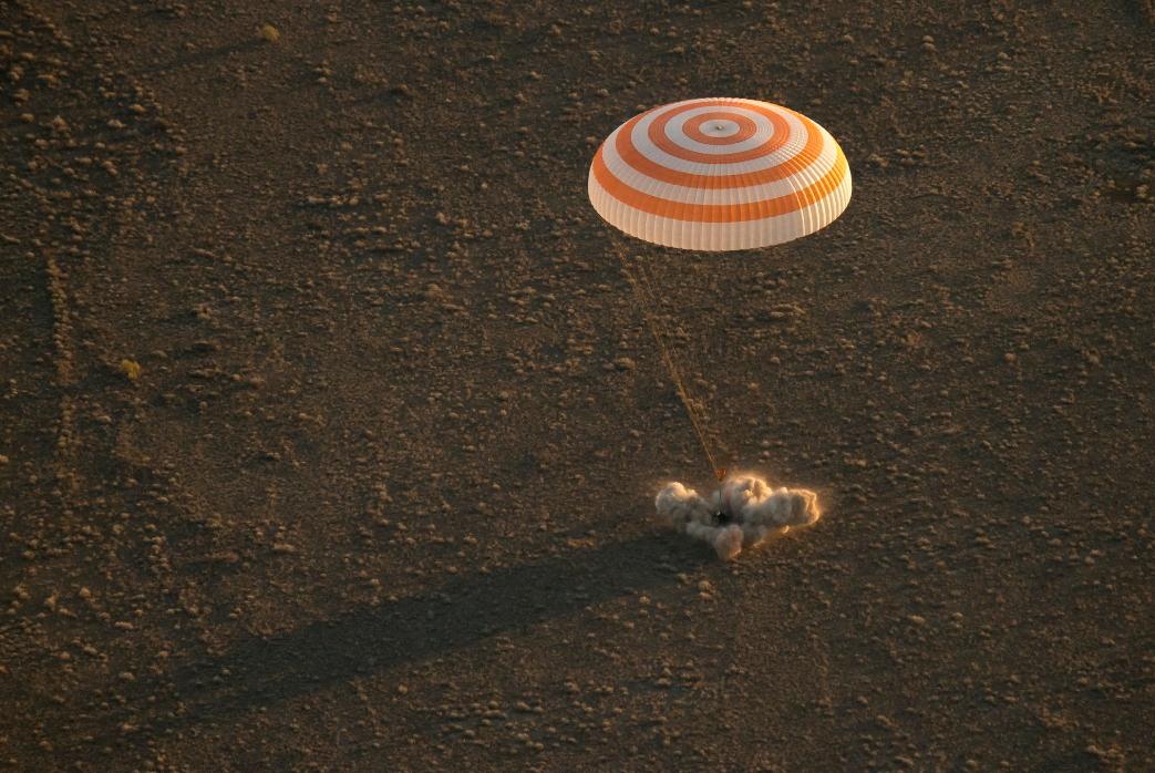 Il momento del touchdown della Soyuz TMA-20M - Credit: @NASA/@IngallsImages