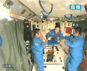 L'equipaggio di Shenzhou 10 a bordo di Tiangong-1 (Credit: Xinhua)
