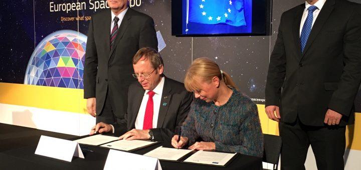 La firma del comunicato congiunto Credits: ESA