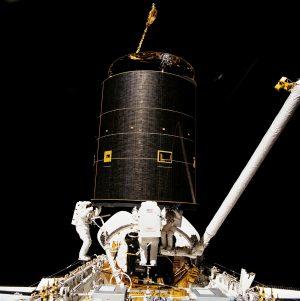 La cattura di Intelsat VI da parte di 3 componenti dell'equipaggio di STS-49 Credits: NASA