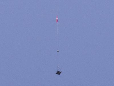 Il robot di LaserMotive si arrampica lungo il cavo vincendo la sfida.