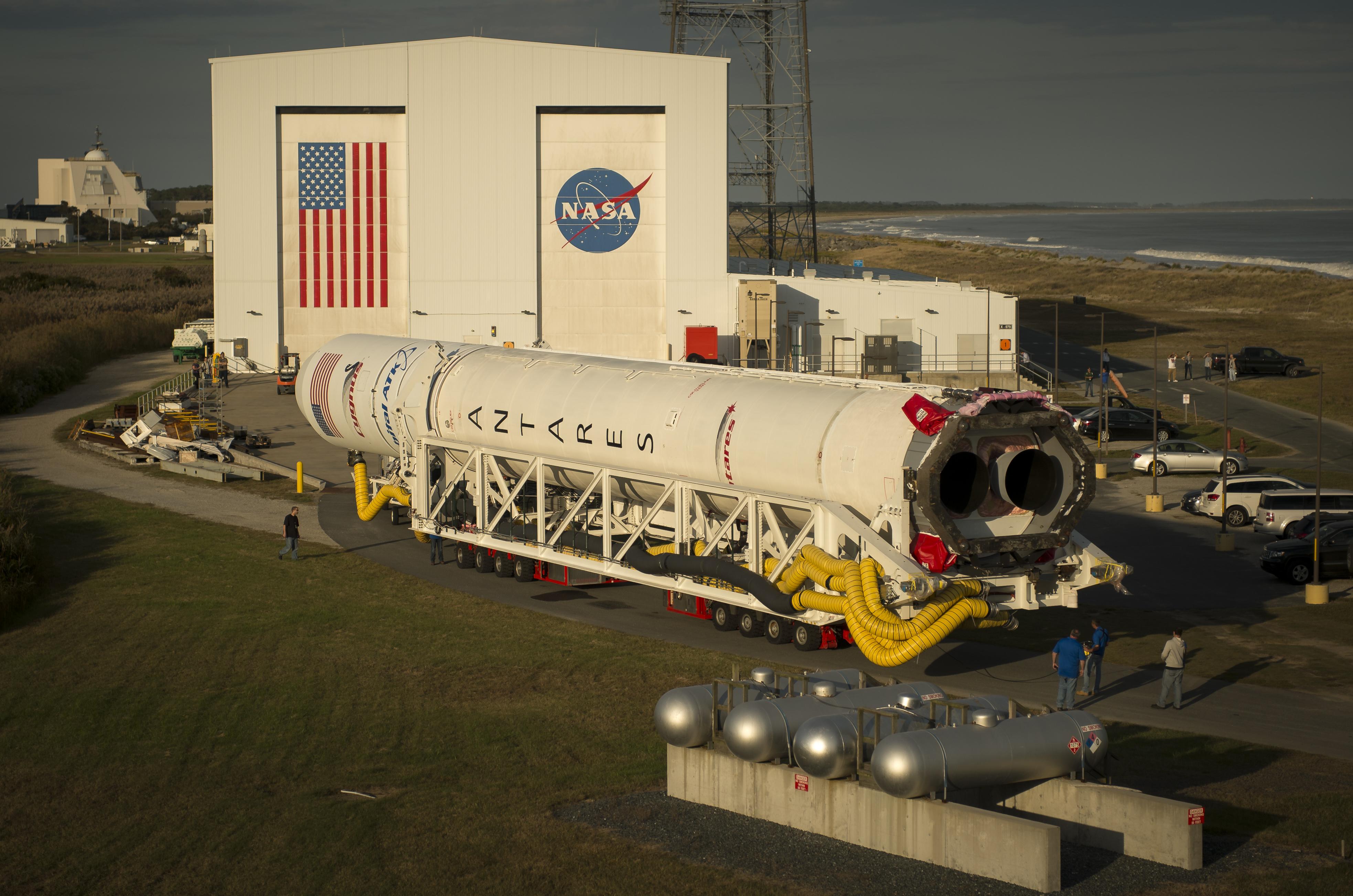 Il rollout di Antares alla Wallops Flight Facility (Virginia) il 13 ottobre 2016. Photo Credit: (NASA/Bill Ingalls)