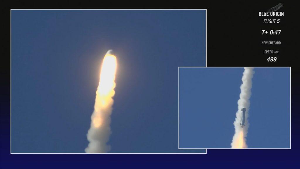Mentre la capsula si allontana (a sinistra) il booster riappare perfettamente stabile (a destra). (Credit: Blue Origin)