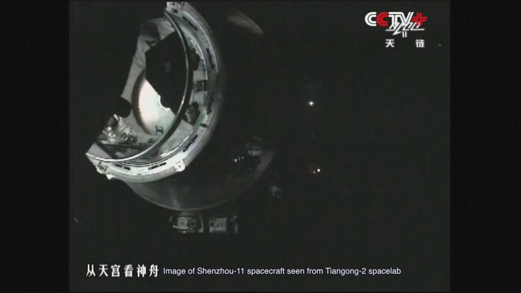Shenzhou-11, con l'anello di docking esteso, mentre si avvicina a Tiangong-2 (Credit: CCTV+)