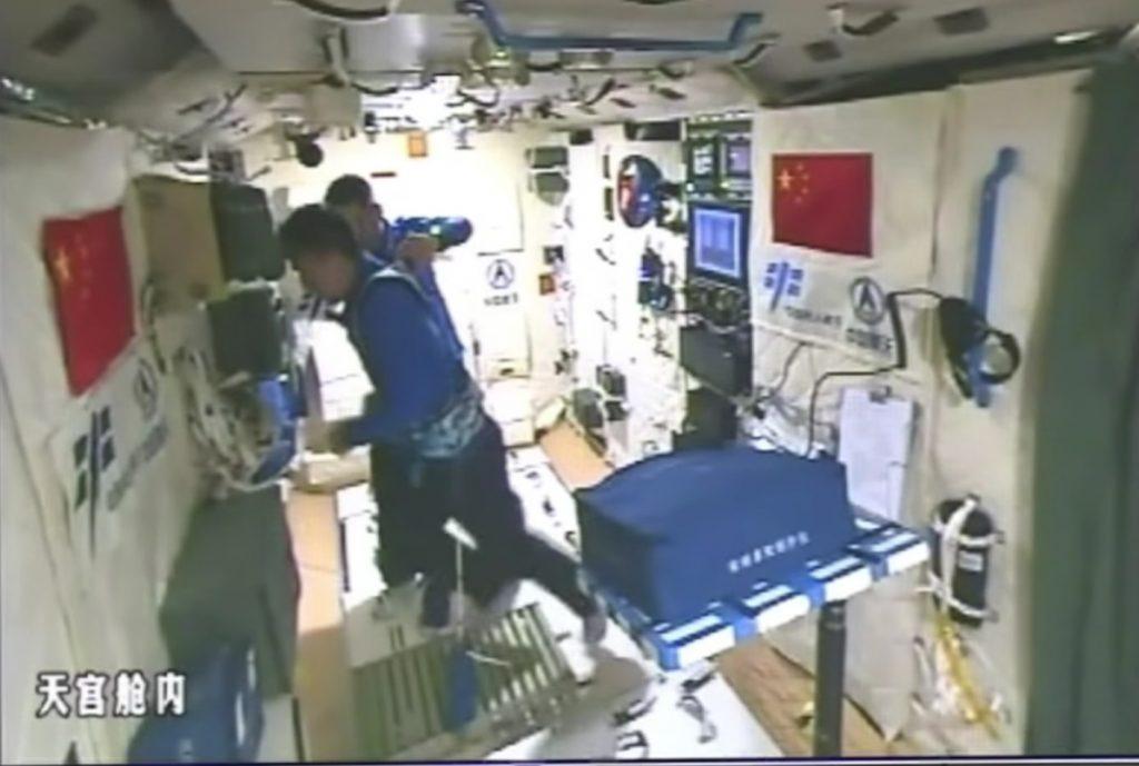 Chen Dong tenta di esercitarsi sul tapis-roulant (Credit: CCTV+)