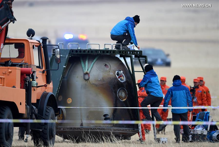 Le squadre di recupero al lavoro su Shenzhou-11. Credit: Xinhua