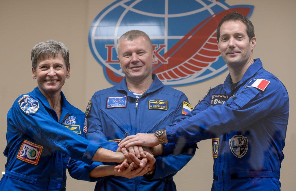 Da sinistra Peggy Whitson, Oleg Novitsky e Thomas Pesquet. Credit: NASA/Bill Ingalls