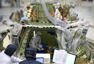 Tecnici di Lockheed Martin al lavoro all'interno della capsula Orion prima della missione EFT-1. Credit Lockheed Martin