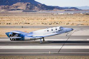 Lo spazioplano Unity (VSS Unity) della Virgin Galactic atterra dopo il suo primo test di volo libero il 3 Dicembre 2016 nel Deserto del Mojave. (C) Virgin Galactic