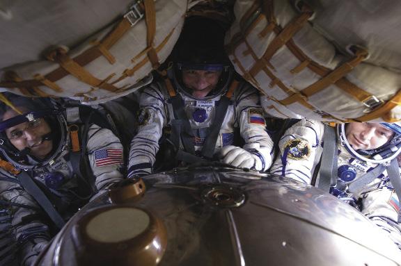 Gli astronauti Joe Acaba, Gennady Padalka e Sergei Revin a bordo della Soyuz prima del loro ritorno a terra il 17 Settembre 2012. Nel rientro in atmosfera la gravità spinge il sangue lontano dalla testa verso le parti inferiori del corpo causando capogiri. Come misura preventiva la crew indossa tute anti-G che premono sulle gambe per mantenere il sangue nella parte superiore del corpo.