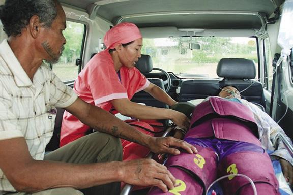La LifeWrap applicata ad una donna che soffre da emorragia post parto durante il viaggio per raggiungere il primo ospedale, in Cambogia.