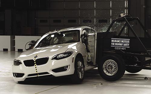 Un crash test in cui sia l'automobile che la piattaforma che causa l'impatto sono dotate delle videocamere di IDT. Fonte: NASA