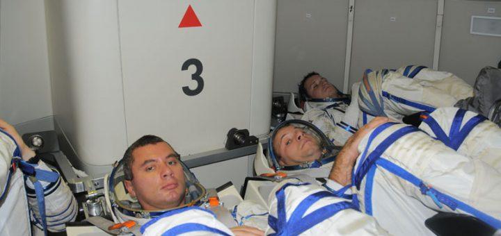 Quattro cosmonauti all'interno del mockup di Federacija durante i test del 2013. Credits: Energia