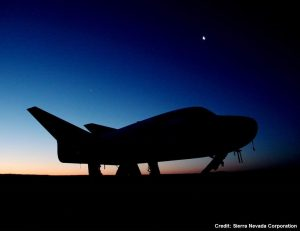 Una suggestiva immagine del Drema Chaser sulla pista al tramonto durante i test del luglio 2017. Credits: Sierra Nevada Corporation