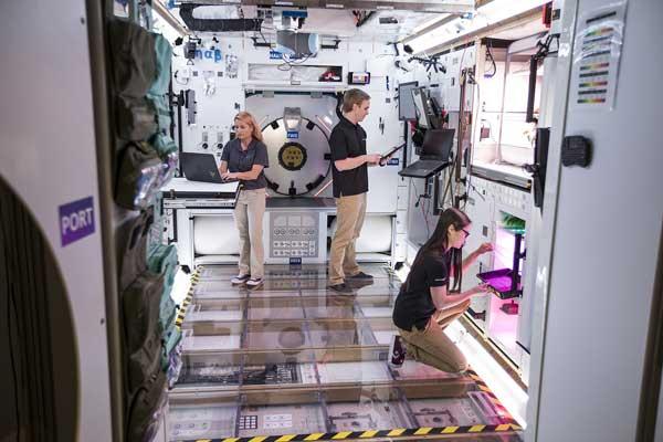 Personale di LM all'interno del Habitat Ground Test Article. Credits: Lockheed Martin