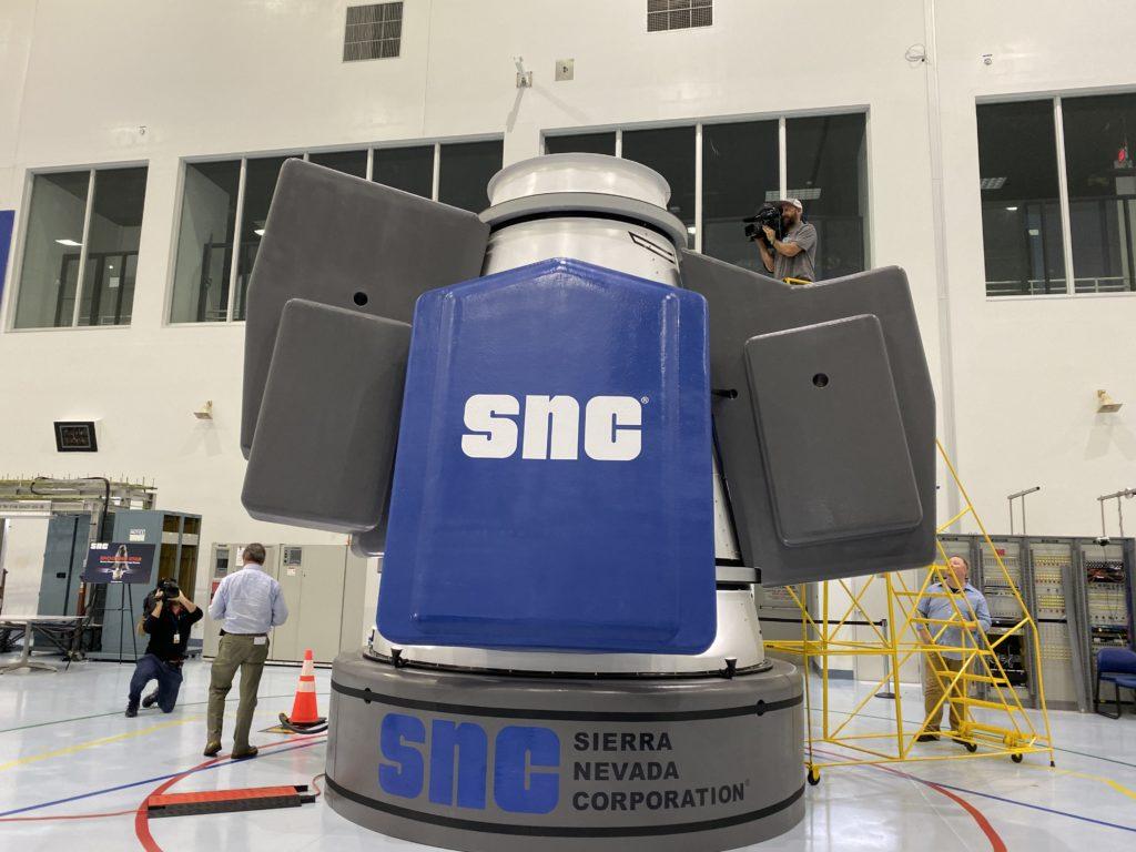 Il similacro dello Shooting Star con in evidenza i simulacri dei carichi esterni non pressurizzati. Credit: Amy Thompson/Space.com
