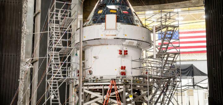 La capsula Orion mentre viene preparata nella camera a vuoto presso il centro di Plum Brook. Credits: NASA