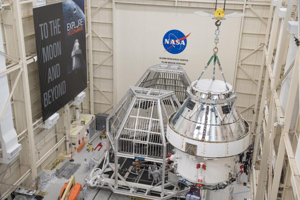 La capsula Orion viene estratta dalle strutture di trasporto per iniziare i collaudi ambientali. Credits: NASA