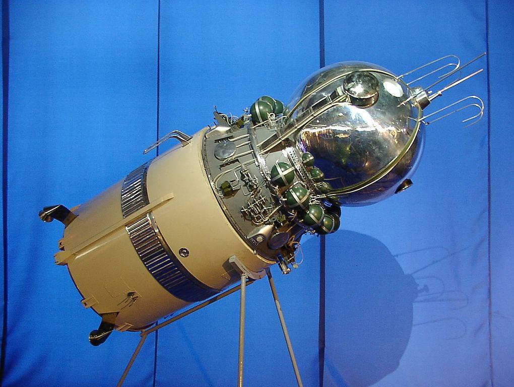 Un modello della capsula Vostok e del terzo stadio del lanciatore, simile a quella su cui volò valentina Tereshkova. Fonte: de:Benutzer:HPH/Wikimedia Commons, CC-BY-SA 3.0