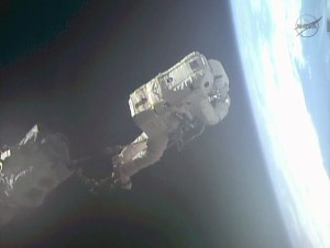 Luca Parmitano durante la sua prima EVA, ancorato al Canadarm-2. (c) NASA TV
