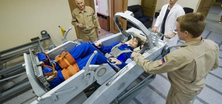 Samantha Cristoforetti viene preparata per una sessione nella centrifuga a Star City. Fonte: Gagarin Cosmonaut Training Center