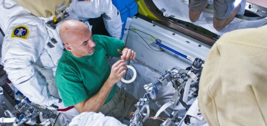 Luca_sets_up_his_MWS_Mini_Work_Station_for_the_EVA_node_full_image