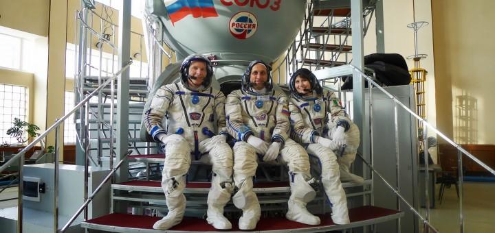Terry Virts, Anton Shkaplerov e Samantha Cristoforetti davanti a un simulatore Soyuz a Star City. Fonte: Samantha Cristoforetti