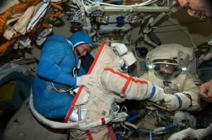 Una fase della vestizione prima di una EVA sulla ISS