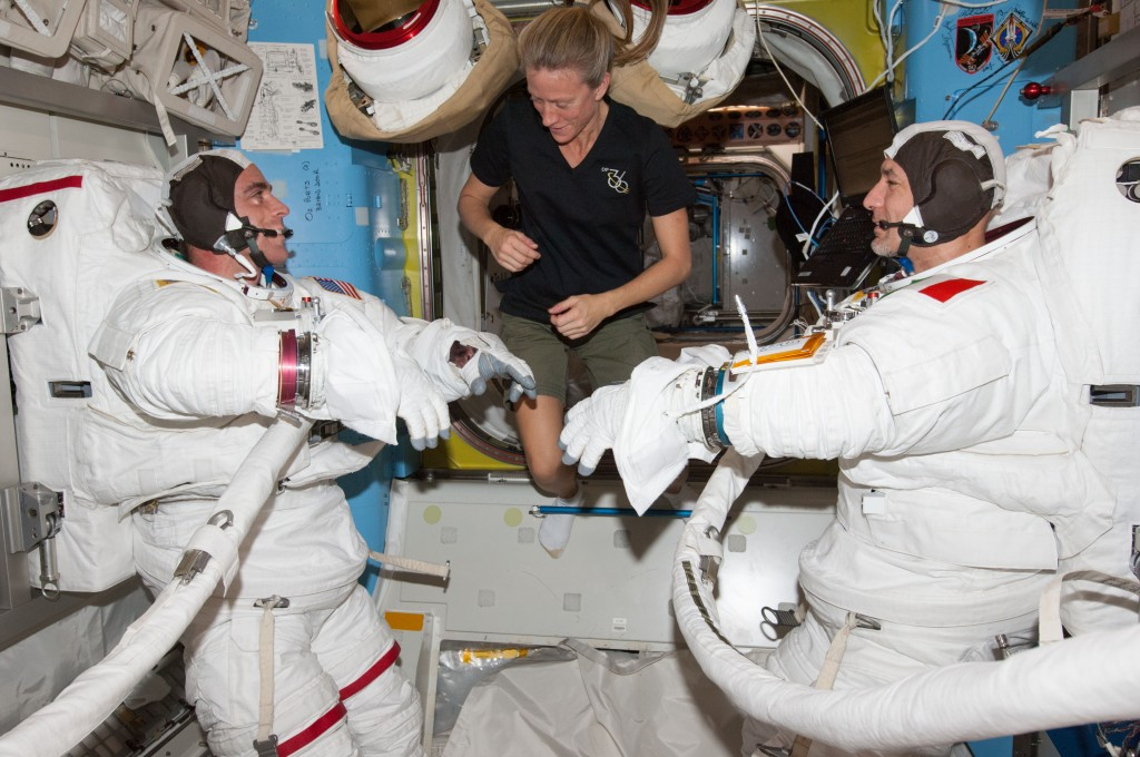 Luca Parmitano (a destra) e Chris Cassidy (a sinistra) durante la fase preparatoria, aiutati da Karen Nyberg (al centro). (c) NASA