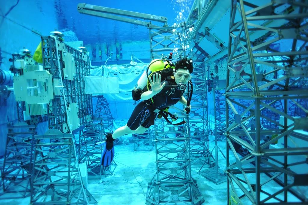 Samantha Cristoforetti nuota nel NBL intorno alla replica della ISS. Fonte: Samantha Cristoforetti