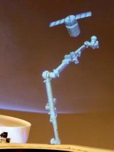 Il Canadarm 2 si avvicina a Cygnus nel simulatore di Cupola. Fonte: Josh Matthew