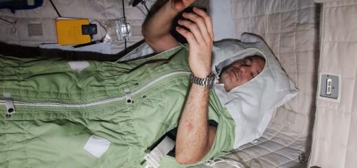 Luca Parmitano dorme nel suo alloggio sulla ISS. Fonte: NASA