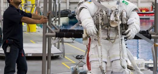 Samantha Cristoforetti in attesa di essere calata nella piscina del NBL per una sessione di addestramento EVA. Fonte: NASA