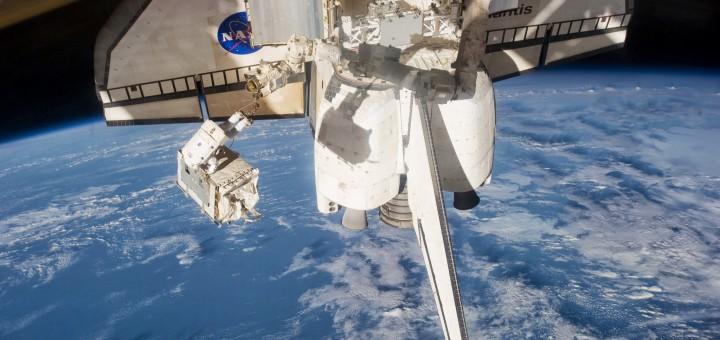 Un modulo pompa della ISS viene stivato nel vano di carico dello Shuttle durante STS-135. Fonte: NASA